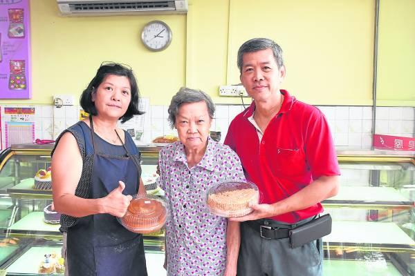 王秀颜婆婆(中)坚持传递丈夫留下的传统味道,孩子甚至放弃高薪回到店里帮忙,以新面貌让更多人认识古早味糕饼。