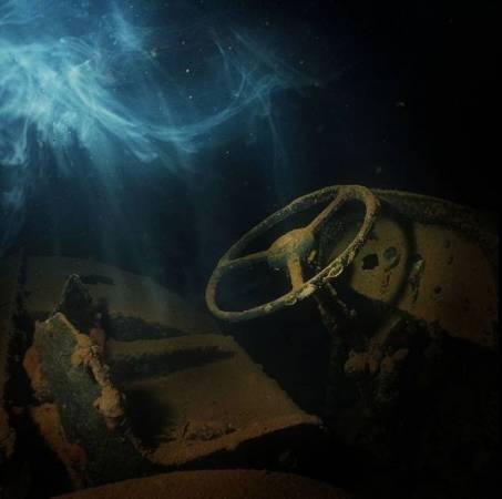 摄影师在其中一辆战车里拍到的一团白色类似烟雾的东西,让这个诡异的海域更添幽灵气氛。