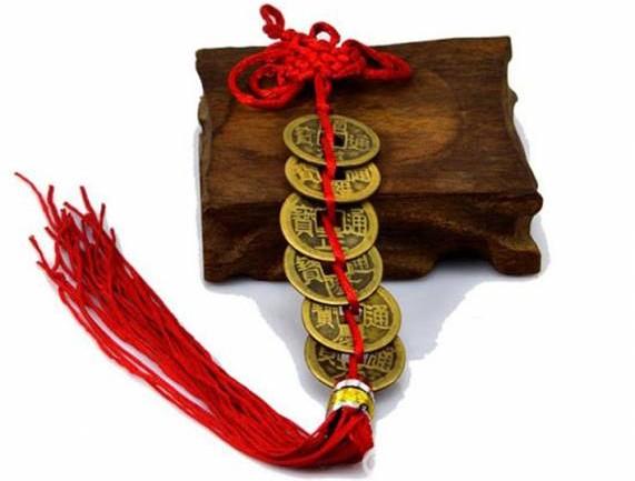 """将古钱或马币五十仙以红线串好系上,让后放在自己的""""本命方位"""",可招来贵人,驱除小人。"""