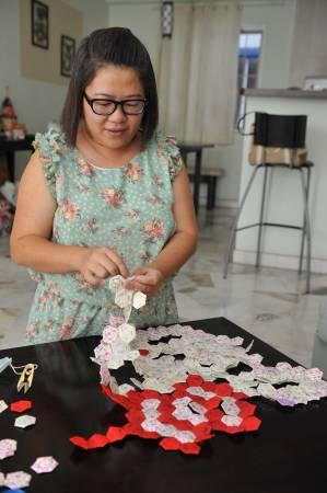 4年前,晓慧在吉隆坡艺术坊看到一张百家被,她毅然的加入百家被行列。