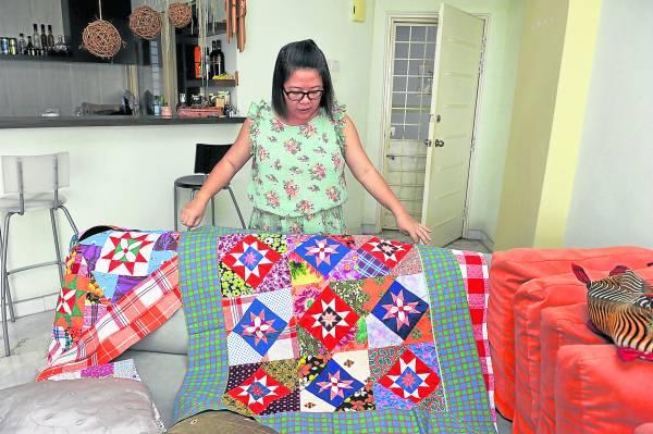 这几张百家被是外婆缝制的 每一针一线都充满外婆对她的爱给再多的钱晓慧也不卖。