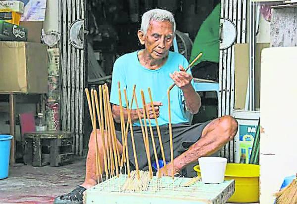 年近91岁的李明泉自创的粗香,必须逐一慢慢捏成形,相当费神又耗时。
