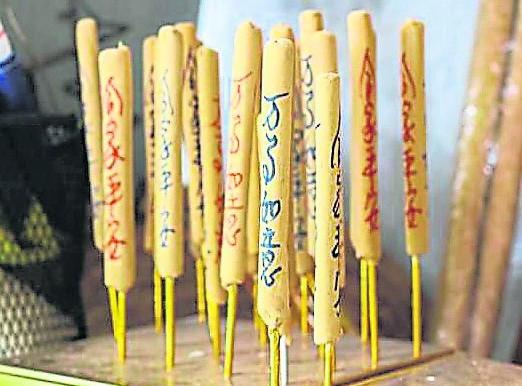 李明泉自创的粗香写满了各种吉祥语。