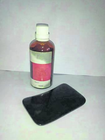 刮痧的工具非常简单,只需要一罐精油和一个刮痧板。