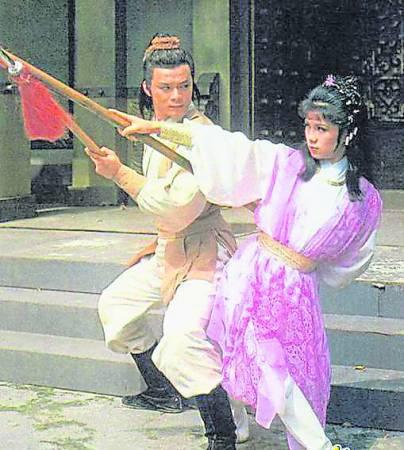 当年翁美玲凭着娇俏的打扮和敏捷的身手取得黄蓉一角,与黄日华一起拍摄《射雕英雄传》。