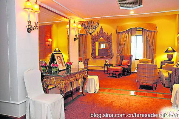 自从邓丽君在泰国清迈湄宾酒店病逝后,该酒店为了纪念邓丽君特地将其生前住的豪华王子套房作为纪念馆。