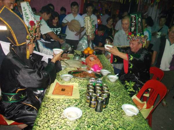 阴神一年一度相聚会,互相嘘寒问暖,互敬美酒。