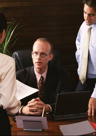 老板应该放下架子,与员工多点互动,如此一来工作气氛都会活跃一点。