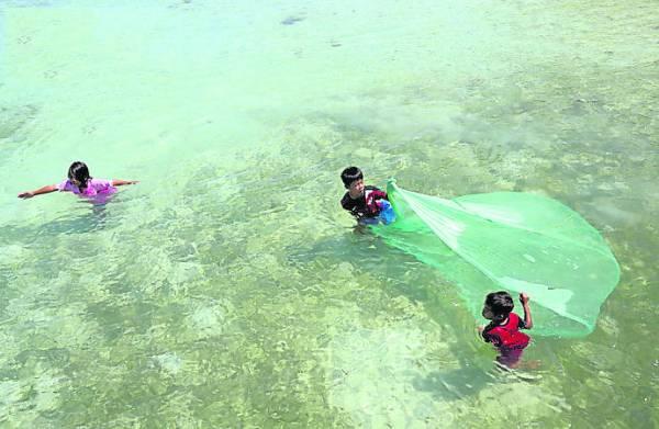当地的原住民,小小年纪就得出海捕鱼。
