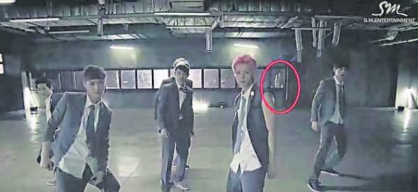 EXO在广阔的仓库里录制舞蹈,网民发现有个黑影直直凝视着鹿晗等人。