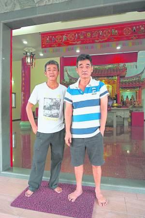 左边是弟弟阿文、右边是哥哥阿由,即是虎爷伯的童身。