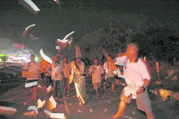 游山头仪式,前坛部成员会在队伍前撒溪钱。