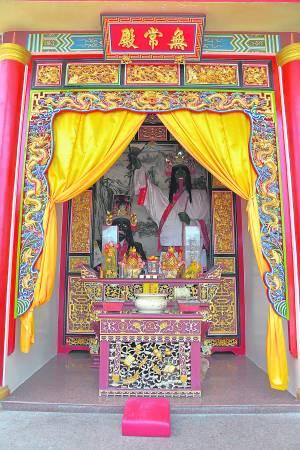 入庙上香向神明禀报姓名与时辰八字并说明来意。