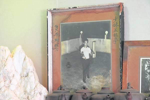 黄春源师父自小习武,更是少林五祖拳弟子,因平时练拳难免受伤,便自我医治,后来研究出一套推拿心得。