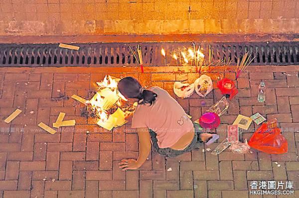 摆在地上拜的祭品是属於鬼的食物,未经过它们的同意就动用,只会替自己招来难以解决的厄运。