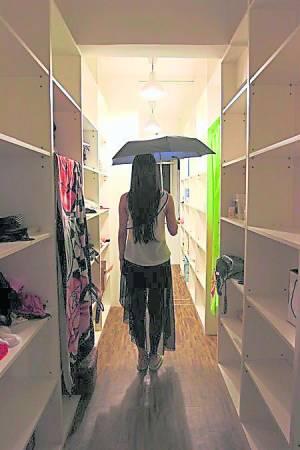绝对不能在屋内把伞打开,尤其黑伞更是忌讳。