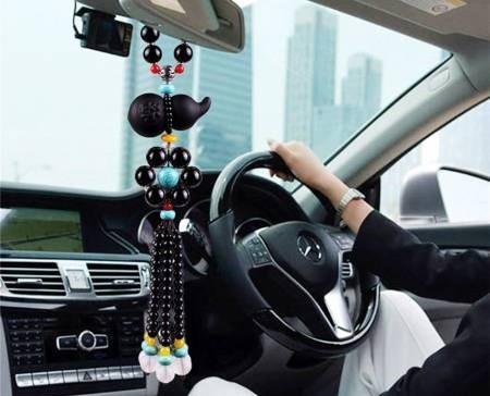 有的人会在汽车内挂一些饰品挂件以求平安,其实在选择汽车风水饰品中也是有讲究的,千万不可随意摆放。