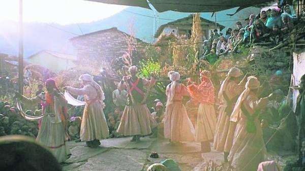 巫师为村民驱邪,这是村里常见的事。