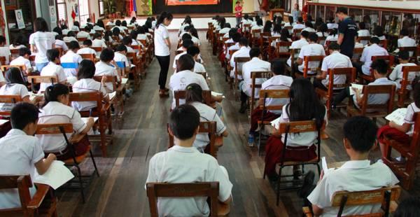 每逢年尾,一波一的学校考试接踵而来,让学生们疲于应付。