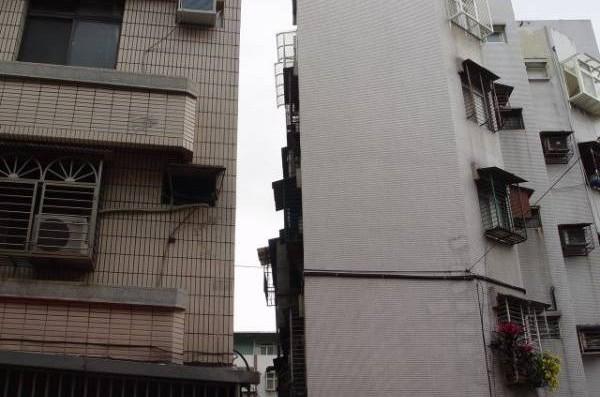 住宅面对大楼,前方两栋大厦靠的很近,使两栋大楼中间形成一道很狭窄之空隙,望眼望去仿似大楼被震切一分为二,此即为天斩煞!