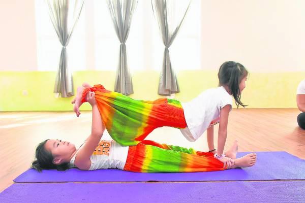精力充沛的孩子是十分适合练习瑜伽,除了发挥身体上的精力,也能令他们的头脑和身体都获益匪浅。