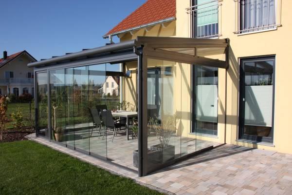 入室采光是以自然柔和的阳光为宜,若是太强烈的光射进来则会让人不舒服了,所以三面都有玻璃的房子是不宜住家的。