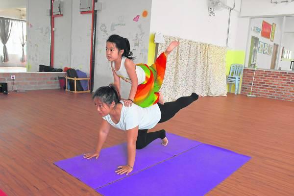与孩子一起学习亲子瑜伽,有助促进与孩子的亲子关系喔。