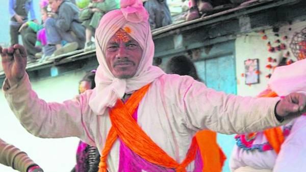 印度教神父主持祈祷法会。自古以来,他们相信鬼神的存在。