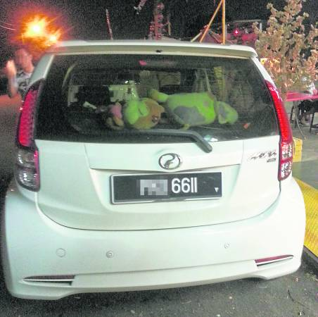 一位李姓女理事的车因停在庙旁而被拿督公点中要车主她与友好及庙理事投注车牌号码,结果反字1166开正头奖。
