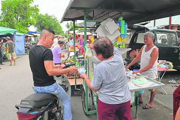 很多相熟的街坊总会直接乘着摩哆到档口前打包曼煎糕。