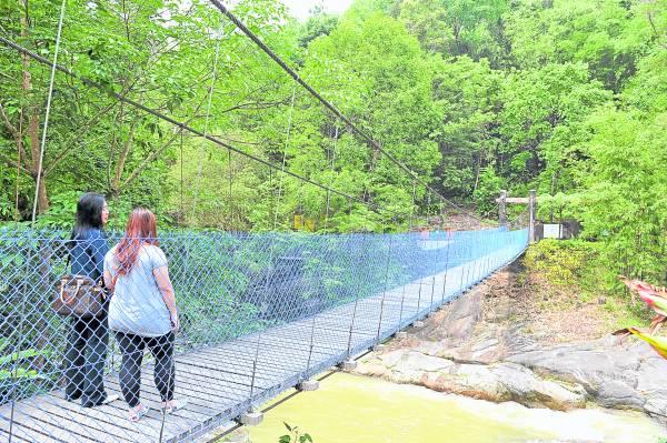 这吊桥摇晃不定,走过的人步步心惊胆颤,金口师父称之为奈何桥。