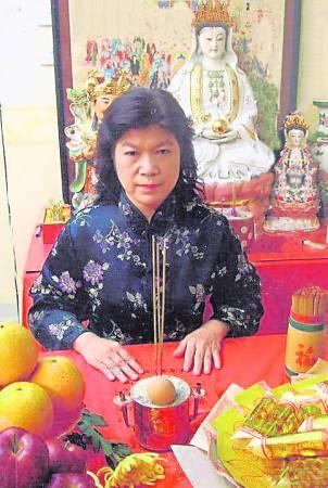 香港问米灵媒二姑表示家驹亡魂附在她身,你相信吗?