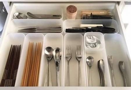 厨房收拾干净整齐,将餐具放进抽屉里,营造厨房正能量。