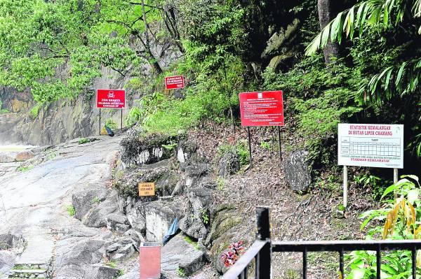 瀑布旁立了多个告示牌及记录死亡人数表,时时刻刻提醒民众,此瀑布非常危险。