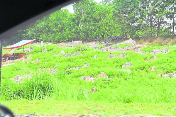 案发现场路上,没有规范的坟墓近在眼前。