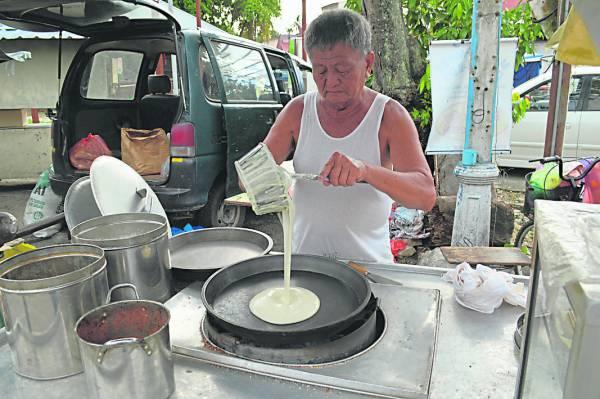 2将搅拌均匀的面糊倒入煎盘上,慢火低温烘烤。