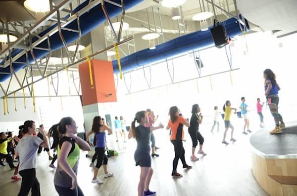 """Christina不但在健身室传授""""功力"""",偶尔也会在礼堂教导民众跳舞。"""