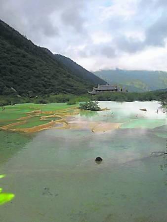 黄龙池水异常清澈,透过池水可见到池底岩面的五彩斑斓石纹。