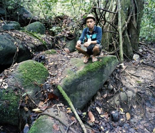 Gunung Gading 的马来青年解说员和萊佛士花苞(红圈)合照。