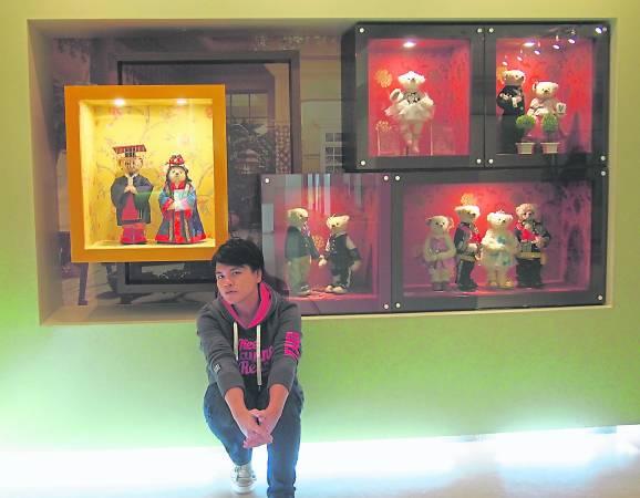 """这里有好多泰迪熊,如果你有看过韩剧""""宫"""",那就更要像理強一样,来这里回味一下!"""