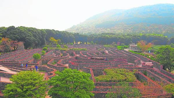 金宁迷宫公园位于济州岛济州市著名的观光景点万丈窟与金宁寺窟之间,周围树林丛生,景色秀丽宜人。