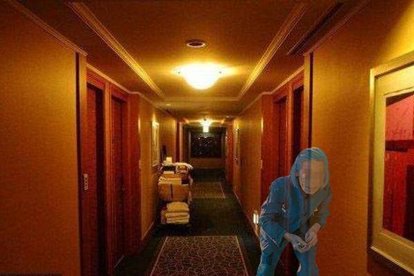"""大半夜的在酒店房间看到一位老妇女躺在旁边的床上,苗苗吓得只能""""眼不见为净""""。"""