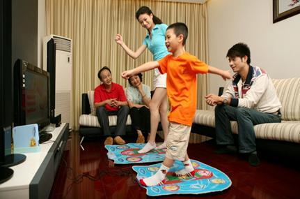 父母应陪同孩子一起进行适当的玩乐活动,放松紧张心情。
