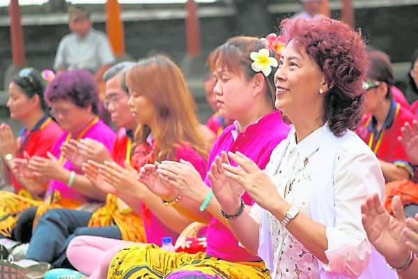 """蔡宝珠老师的炁气掌疗发挥""""愈己愈人"""",协助许多人解除病痛与顽疾,重拾健康。"""