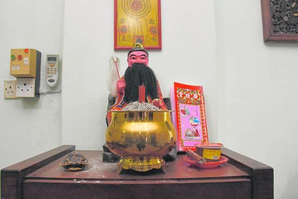 将《通胜》放在神台上,经过长时间被香火熏染,会变得更有灵气,功效绝非一般!