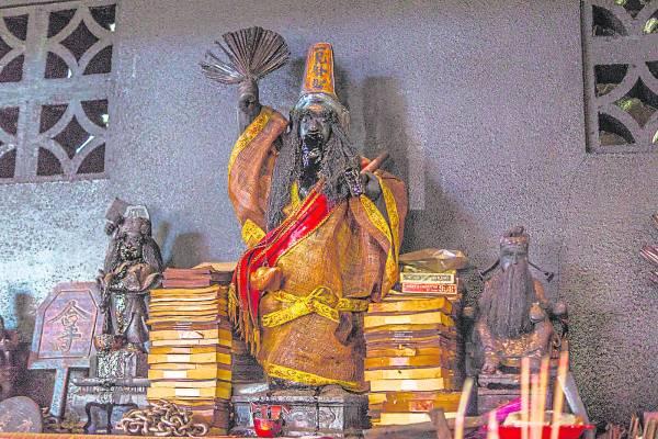 天德园巡阴府有近百年历史了,给善信问事解惑的是保长伯(白无常一见发财),更是以灵验闻名。