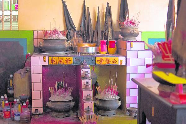 大殿右侧有地主爷(虎爷)和嗱督公的神龛。