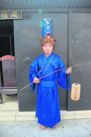 孝子爷童身陈锦威手上拿着的招魂灯笼,救了无数善信的性命。
