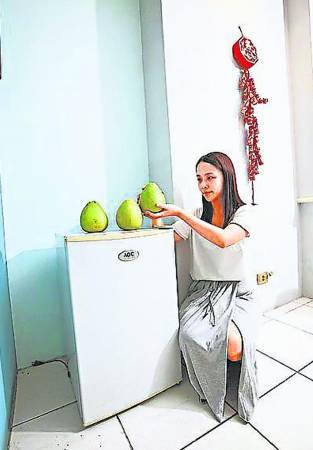 柚子摆在家中冰箱上,有聚财效果。