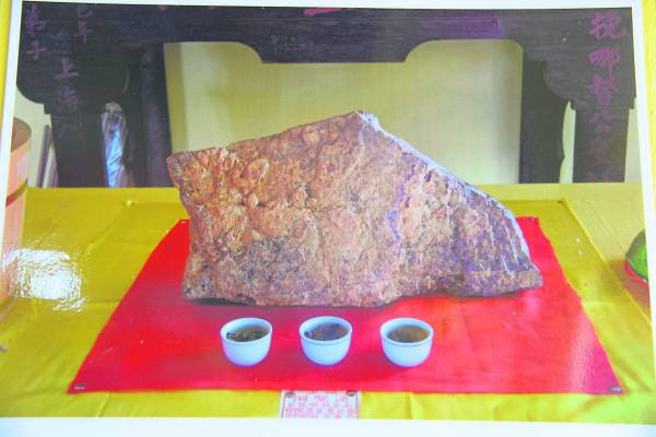 巴生永安镇的通圣洞里有粒百年古灵石,不规则的方形状,带有褐色光泽的表面,触摸起来还带有股寒凉。